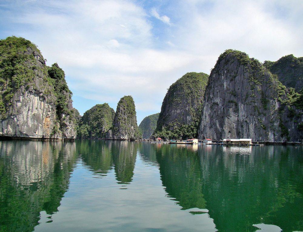 Nuôi cá lồng bè trong vịnh Lan Hạ